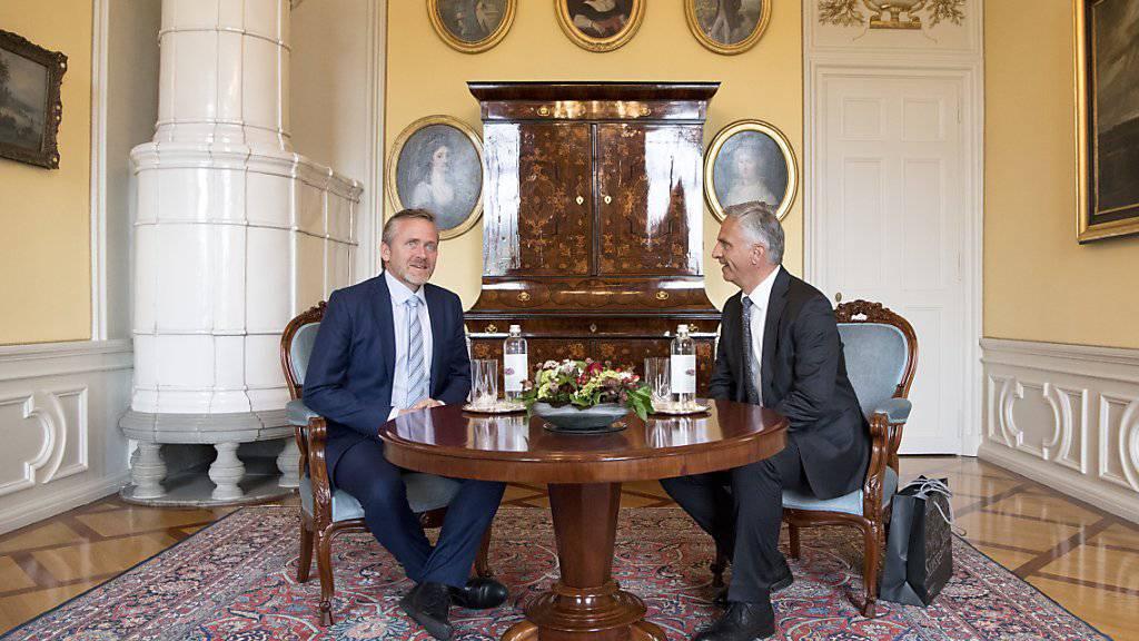 Bundesrat Didier Burkhalter empfängt seinen dänischen Amtskollegen Anders Samuelsen (l) im Berner Von-Wattenwyl-Haus