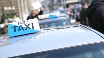 Zwei bewaffnete Männer haben am Montagabend in Dietikon einen Taxifahrer überfallen. (Archiv)