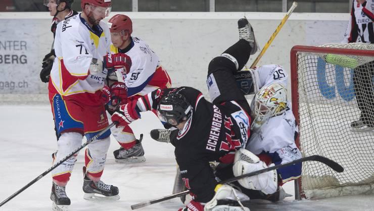 Zuchwil Thomas Rohrbach, links, und Goalie Sandro Zaugg, rechts, gegen Aaraus Daniel Eichenberger, Mitte.