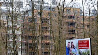 Der Westblock der Webermühle ist eingerüstet – das Werbeplakat im Vordergrund verspricht «Jetzt mehr Wohnraum». Für die betroffenen Mieter aber trifft momentan das Gegenteil zu. Fotos: Tabea Baumgartner