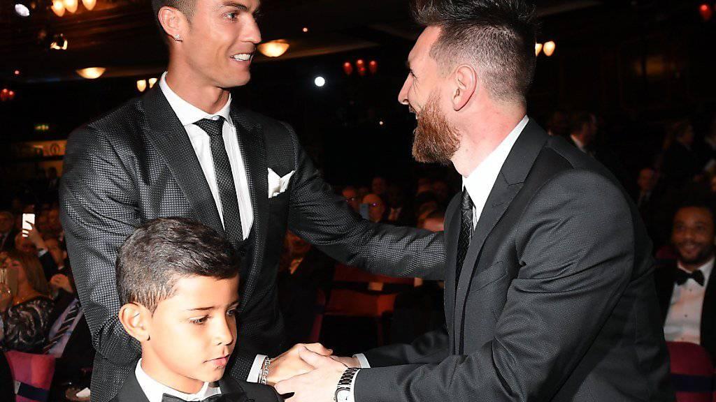 Freundliche Begrüssung unter Rivalen: Cristiano Ronaldo (mit Sohn) und Lionel Messi bei den FIFA-Awards in London