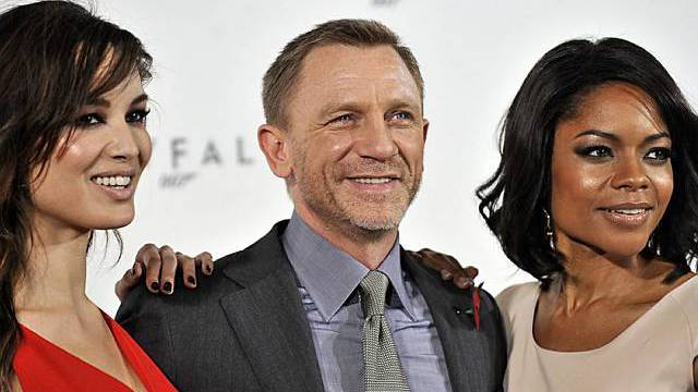 Bond-Darsteller Daniel Craig mit den Bond-Girls Berenice Marlohe (l.) and British actress Naomie Harris (r.)