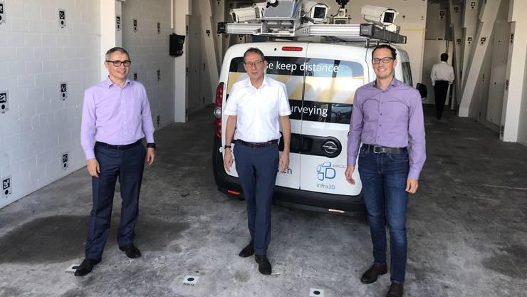 Regierungsrat Urs Hofmann besuchte Stefan Basler (CCO Inovitas AG, links) und Dr. Hannes Eugster (CTO).