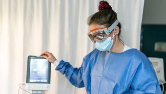 Müssen in der Schweiz auch Corona-positive Pflegefachleute arbeiten?
