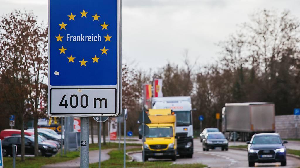 In den vergangenen Tagen fuhren viele Deutsche als Tagestouristen über die Grenze ins Elsass, um dort in den nach wie vor geöffneten Geschäften einzukaufen. Foto: Philipp von Ditfurth/dpa