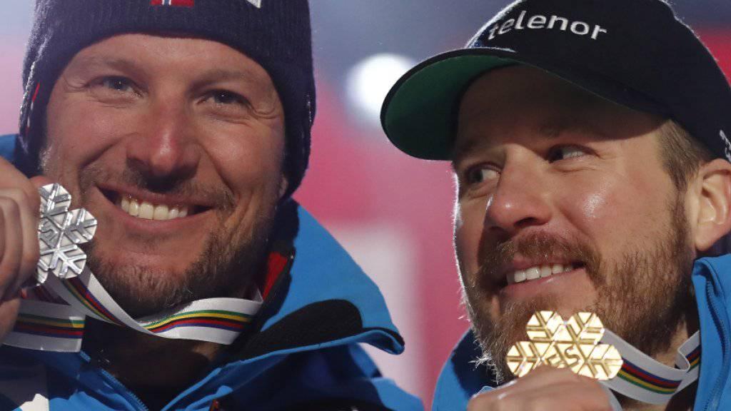 Aksel Svindal (links) und Abfahrts-Weltmeister Kjetil Jansrud präsentieren ihre Medaillen