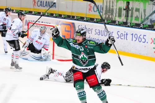 Stefan Hürlimann bejubelt seinen aus spitzem Winkel erzielten Treffer zum 5:4.