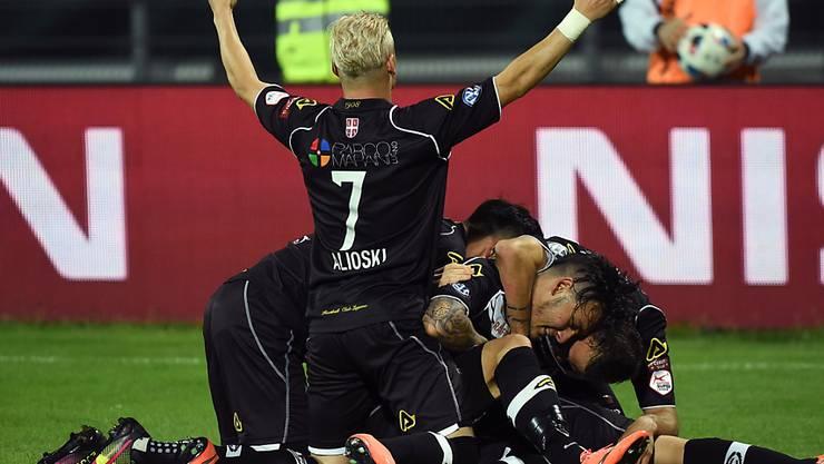 Luganos Spieler liegen sich in den Armen und am Boden: Ligaerhalt aus eigenen Kraft gesichert
