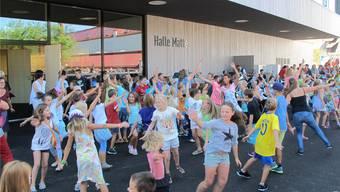 Magdener Schüler bieten zum Schluss des Festaktes schwungvolle Tanzvorführungen. Heidi Rombach