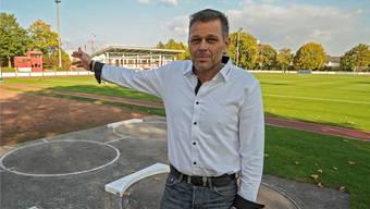 SV-Präsident Manfred Wieland zeigt, wo die mobile Tribüne zu stehen kommt. Er rechnet für das Derby gegen den FC Basel mit bis zu 5500 Zuschauern.
