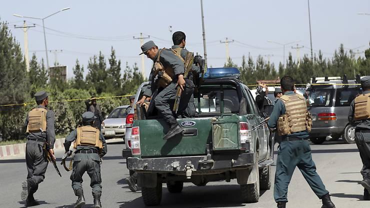 Afghanische Sicherheitskräfte erreichen den Ort des Angriffs: Bei Kämpfen vor dem Innenministerium in Kabul wurde alle Attentäter getötet.