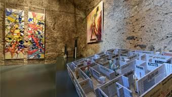 «Intérieurs»: Sprachlabyrinth von Paul Gugelmann (Vordergrund), Bilder von Martin Heim und Margarita Flad (links) im Gewölbekeller von Schloss Wartenfels.