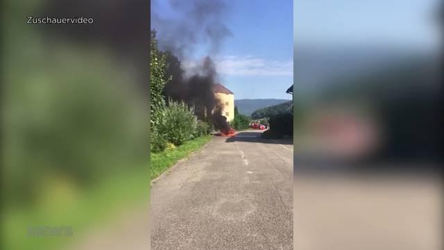 Personenwagen steht in Flammen