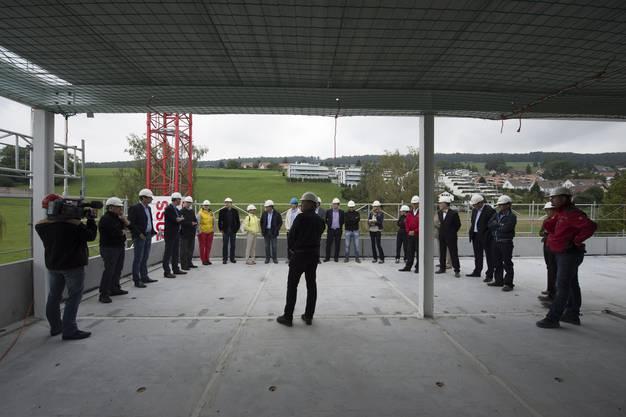 Sie alle freuen sich über die Fertigstellung des Rohbaus Vorderi Böde in Oberrohrdorf.