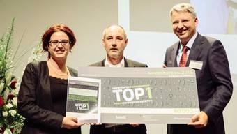 Daniela Marino und Ernst Reichmann von Cutiss mit Roche-CEO Severin Schwanho