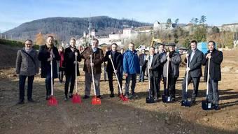 Bereit für neue Taten: Verantwortliche der Velux Schweiz AG, der UBS AG, der Steiner AG sowie Gemeindeammann Hans-Ulrich Schär (4. v. l.), Leiter Bau Planung Umwelt, Lars Bolliger (8. v. l.) und Gemeinderat Rolf Walser (9. v. l.) beim Spatenstich.