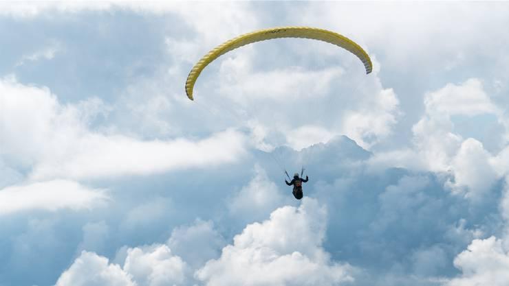 Jonas Hunziker fliegt mit dem Gleitschirm oberhalb von Interlaken.