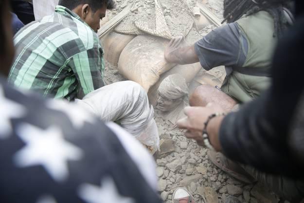 Dieser Mann in Kathmandu muss aus dem Schutt ausgegraben werden