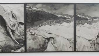 Gletscher sind die Klima-Barometer. Daniel Schwartz dokumentiert auch das Bemühen um den Erhalt mittels Tüchern, die alles bedecken.