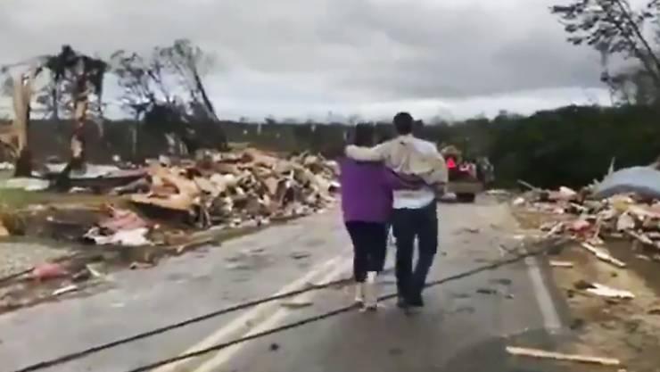 Kleinholz: Menschen laufen durch die Trümmer eines mutmasslichen Tornados in Lee County im US-Bundesstaat Alabama.