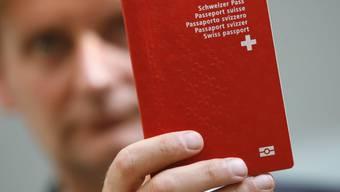 Bis jetzt enthält nur der Pass einen Chip mit biometrischen Daten. Gemäss Brüssel sollen aber künftig auch Identitätskarten mit einem Chip ausgerüstet werden. Tritt diese Regel dereinst in Kraft, müsste wohl auch die Schweiz solche Identitätskarten einführen. (Archiv)