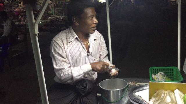 Street food in Myanmar: Zwiebeln fein schneiden in Perfektion.