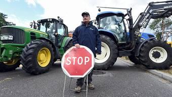 """Traktoren an einem Grenzübergang zwischen Frankreich und Deutschland - Französische Bauern protestieren mit der Blockade gegen """"Wettbewerbsverzerrungen""""."""