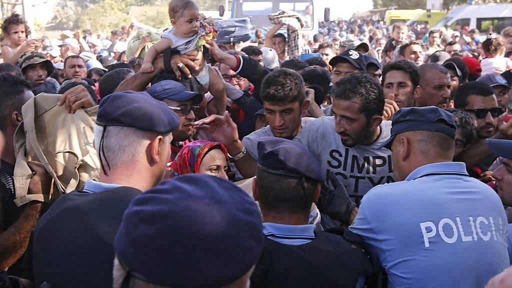 Flüchtlinge harren an der serbisch-kroatischen Grenze nähe Tovarnik aus.  (KEYSTONE)
