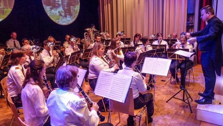 Die Musikgesellschaft Kaisten mit Dirigent Marco Müller am Jahreskonzert.