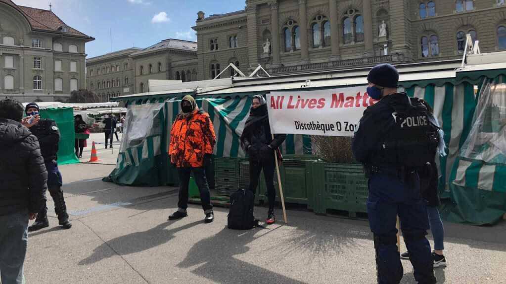 Polizisten kontrollieren in Bern eine Gruppe von Demonstranten aus der Westschweiz.