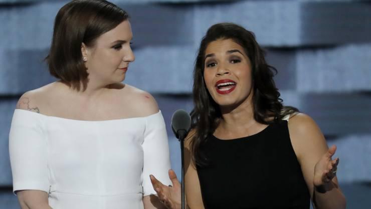 Gegen Donald Trump, für Hillary Clinton: Die Schauspielerinnen Lena Dunham und America Ferrera unterstützen eine Petition gegen Trump und machen sich am Parteitag der Demokraten über den Republikaner lustig.