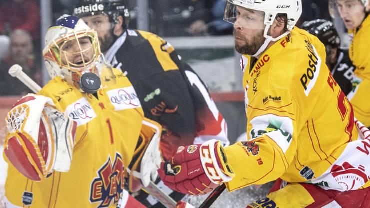 Berns Andrew Ebbett (hinten) kämpft gegen Biels Goalie Jonas Hiller und Beat Forster