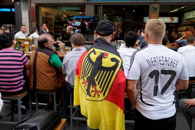 Fahne, Mütze, Shirt: Die Fans haben an alles gedacht.