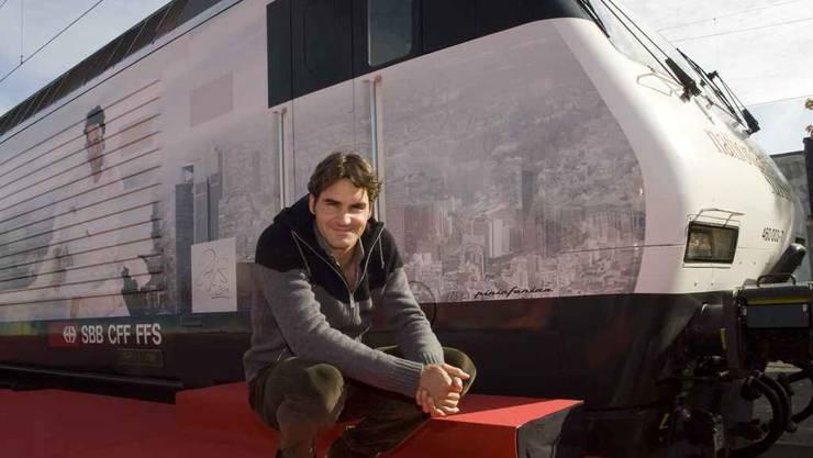 Roger Federer vor der SBB-Lokomotive, die auf seinen Namen hört