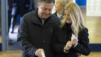 Wahlsieger Zoran Jankovic mit seiner Frau Mija bei der Stimmabgabe in Ljubljana