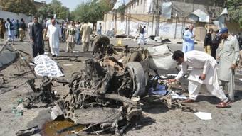 Pakistanische Sicherheitsverantwortliche untersuchen den Tatort eines Autobombenanschlags in der Provinzhauptstadt Quetta, bei dem mindestens 13 Menschen getötet wurden.