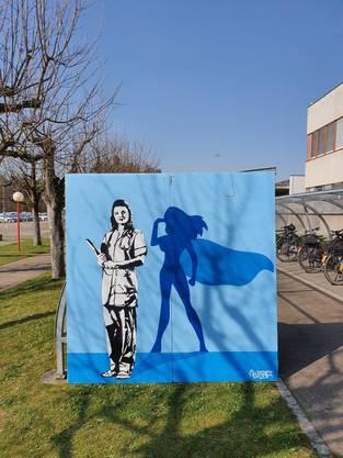 Das Werk des Graffiti-Pop-Künstlers Bustart verschönert seit Donnerstag den Aussenbereich des Bruderholzspitals.