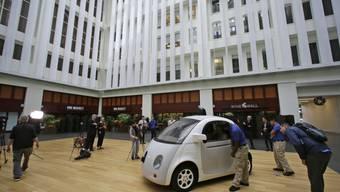Die Google-Schwesterfirma Waymo bietet im Umkreis der Stadt Phoenix in Arizona bereits seit Monaten testweise Fahrdienste mit seinen Roboterautos an. (Archivbild)