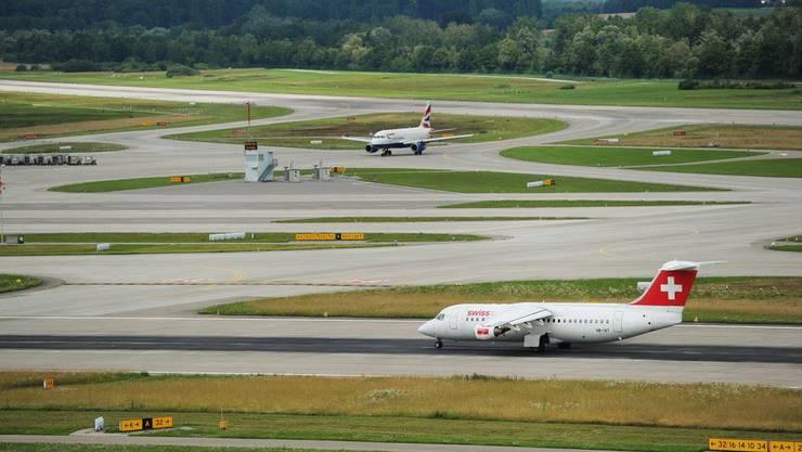 Die Piste 28 des Flughafen Zürich musste am Montagmorgen gesperrt werden. Der Grund: Bei Bauarbeiten stiessen die Arbeiter auf eine Granate aus den Anfängen des 20. Jahrhunderts. (Symbolbild)