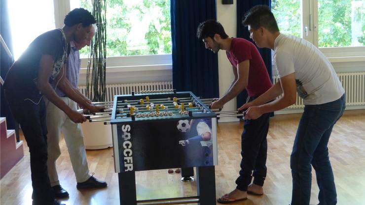 Am Töggeli-Kasten konnten sich die Café-Besucher einen Match liefern. zvg