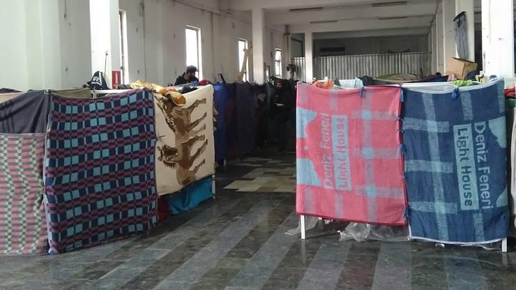 In Velika Kladusa dient eine alte Fabrikhalle als Flüchtlingslager. Derzeit leben dort etwa 690 Menschen. Privatsphäre gibt es in den Schlafsälen wenig. .
