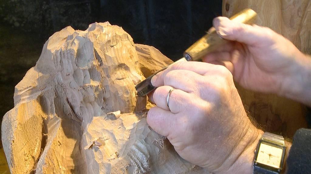 Aus Baumstämmen entstehen Josef, Maria und Jesus