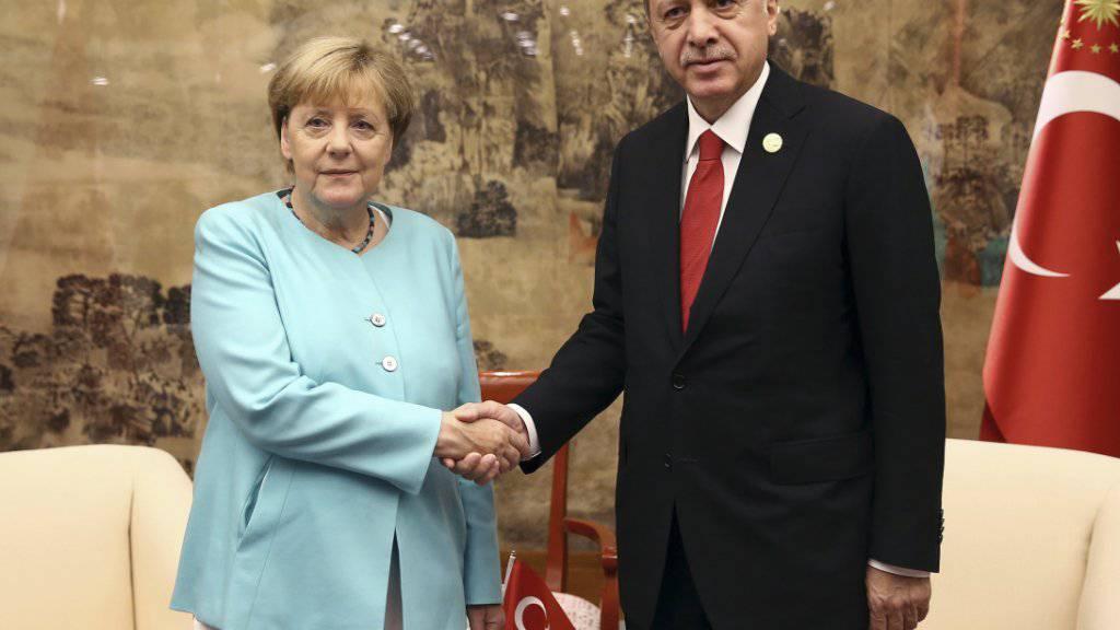 Das Lächeln ist noch zaghaft, doch die Stimmung entspannter als auch schon: Die deutsche Kanzlerin Merkel und der türkische Präsident Erdogan bei ihrem Treffen in Hangzhou.