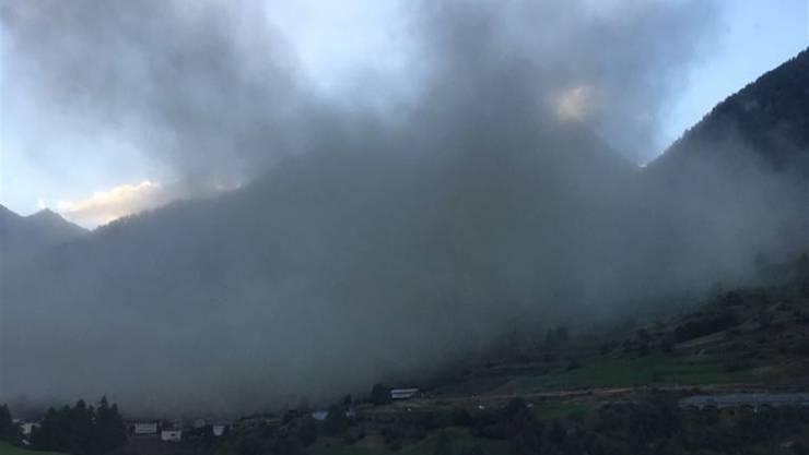Kein Rauch, sondern Staub nach einem Felssturz: Auf rund 3000 Metern am Linard Pitschen lösten sich riesige Felsblöcke.