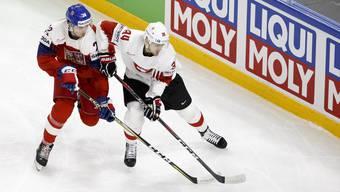 Kopf an Kopf: Die Tschechen (links Filip Chytil) und die Schweiz (Dean Kukan) lieferten sich ein enges Duell.