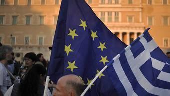 Pro-Europa und -Euro-Demonstration in Athen am Abend, an welchem die griechische Regierung ihr neues Sparprogramm nach Brüssel geschickt hat