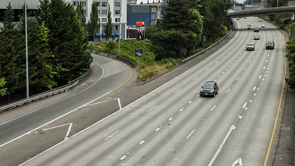 Auf dieser geschlossenen Autobahn in der US-Stadt Seattle rammte ein Autofahrer zwei Demonstrantinnen.