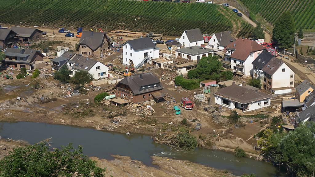 Rettungskräfte sind nach dem Hochwasser in Marienthal im Einsatz. Die Flut hat auch hier zahlreiche Häuser zerstört. Foto: Thomas Frey/dpa
