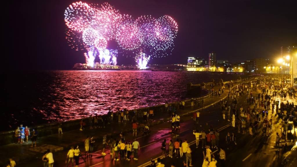 Menschen in Havanna verfolgen das Feuerwerk zum 500. Geburtstag der kubanischen Hauptstadt von der weltberühmten Uferpromenade El Malecón aus.