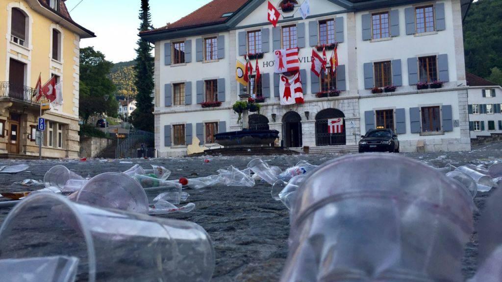 Zeichen der Feier auf dem Rathausplatz am Morgen nach der Abstimmung in Moutier.